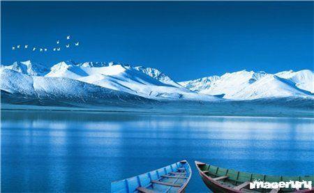 Озеро и снежные горы