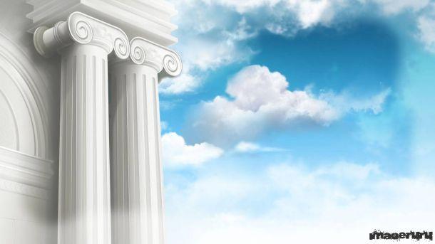 Античные колонны на фоне неба